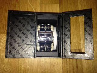 Guess,  Schwarz/weisse Armbanduhr Bild