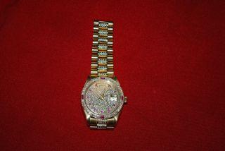 Rolex Daydate Gelbgold Pave Zifferblatt Diamant Lünette Mit Rubinen Bild