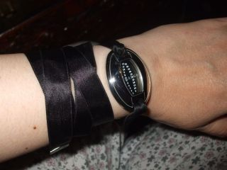 Mango - Elegante Damen - Armbanduhr Mit Satin - Band U.  Charm - Anhänger Neuwertig Bild
