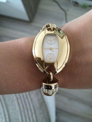 Wunderschöne Uhr Von Mango Gold Perlen Bild