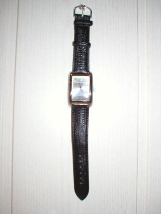 Damenuhr,  Schwarzes Armband Mit Dezentem Reptildruck,  Silberne Lünette,  Rechteckig Bild