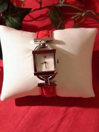 Neue Tommy Hilfiger Damenuhr Mit Roten Armband In Kroko Optik Bild