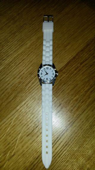 Elegante Armbanduhr Mit Weißem Silikonband Mit Glitzernden Strasssteinchen Bild