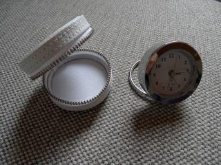 Ouarz - Reisewecker - Uhr,  Rund In Weißem Etui Mit Reißverschluß,  4,  5 Cm Bild