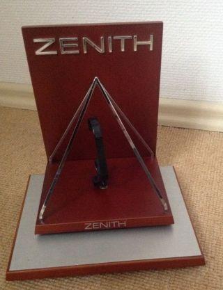Zenith Display In Form Einer Pyramide Sehr Edel Und Schwer Bild