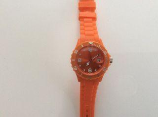 Modische Orange Armbanduhr Aus Kunststoff Mit Gummiartigem Armband Bild