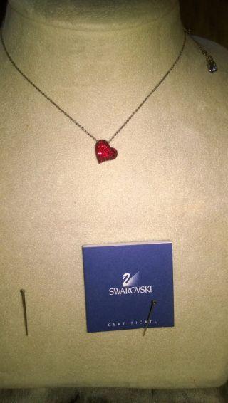 Swarovski Kette Mit Funkelnden Rotem Herzchen Bild
