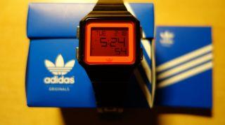 Adidas Digital Armbanduhr,  Rotes Glas Mit Schwarzen Ziffern,  Model Adh4061 Bild