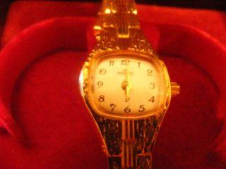 Armbanduhr Mit Goldenem Armband Bild