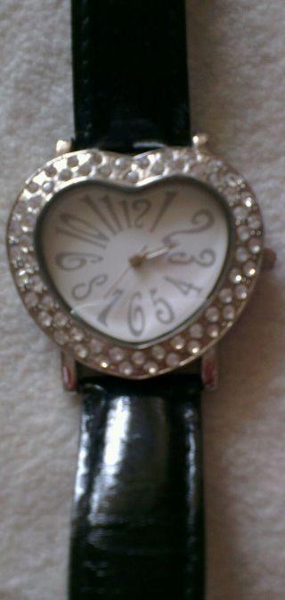Hingucker - Tolle Armbanduhr (herzform) Von Avon Bild