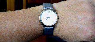 Schöne Schlichte Damenuhr In Silbergrau,  Hellgrau,  Armband Hat Schöne Struktur Bild