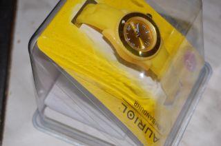 Analoge Damen Uhr In Schönem Gelb Bild