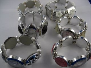 Schmückendes Armband Mit Integrierter Dau Verschiedene Varianten Bild