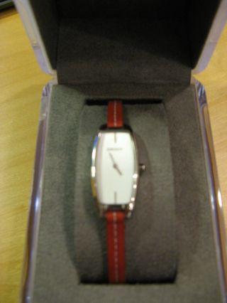 Dkny Silberfarbene Moderne Uhr Mit Rotem Armband - 1x Getragen,  Neue Batterie,  Box Bild