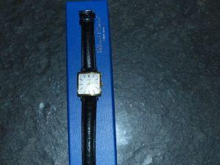 Goldene Armbanduhr Condor Bild