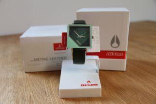 Nixon - The Metric Leather Armbanduhr - Uhr In - Grün,  Lederarmband & Ständer Bild